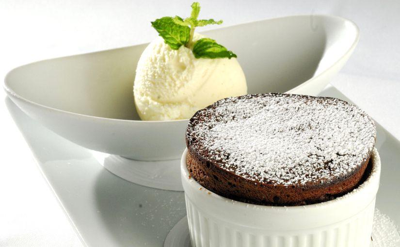suflê de chocolate ao forno a lenha com sorvete de creme