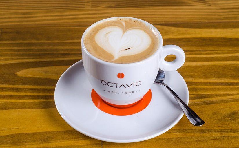 Octavio Café ensina a fazer um Cappuccino com desenho de coração